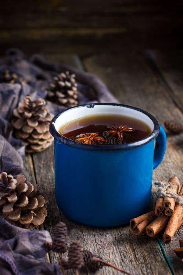 Heißer würziger Tee mit Anis und Zimt im blauen Email der Weinlese überfallen stockbilder