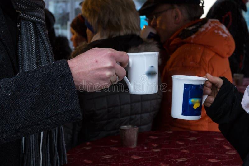 heißer Weindurchschlagsbecher an einer Einführung des Weihnachtsmarktes im Dezember lizenzfreies stockfoto