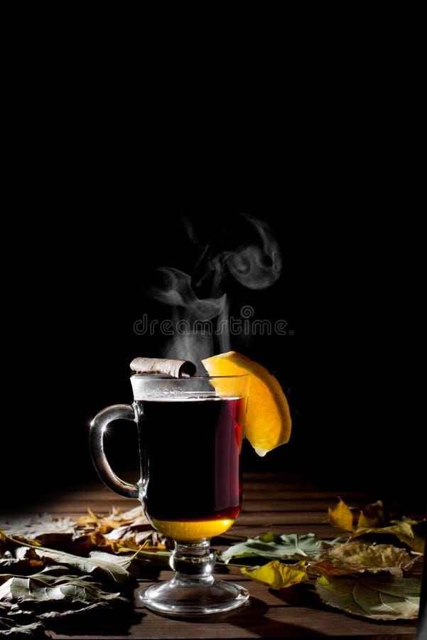 Heißer wohlriechender Glühwein mit Orange stockfoto