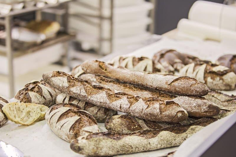 Heißes Brot von der Bäckerei, dunkle Laibe stockfotografie