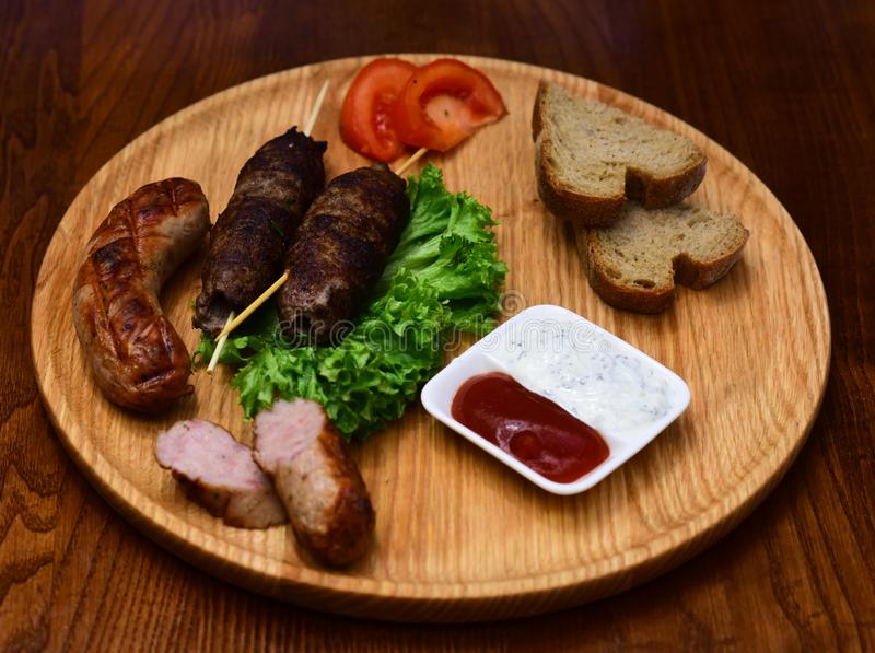 Heißes Fleisch auf dem Stock gedient auf hölzernem Brett Fleischgericht gekocht auf Grill Der magische Grill stockbilder