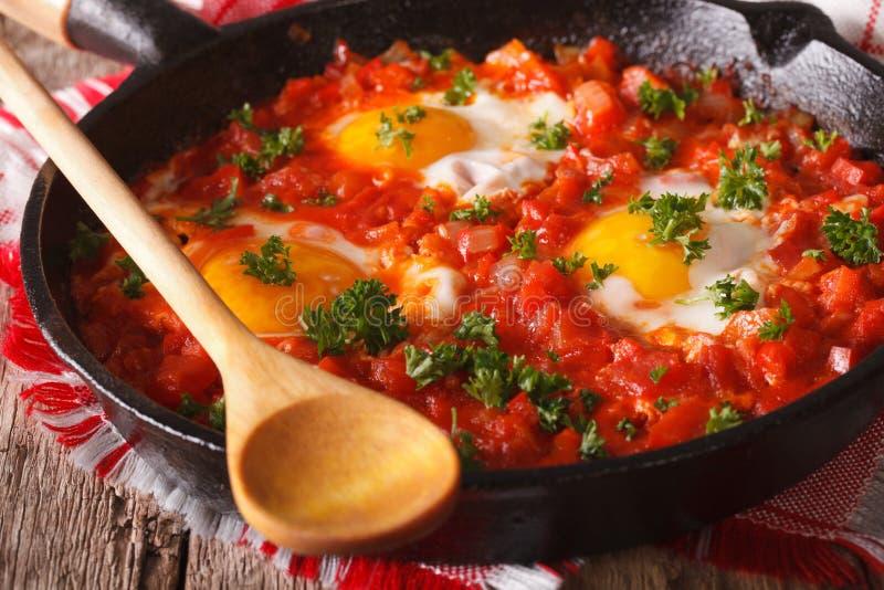 Heißes Frühstück shakshuka in einer Wannennahaufnahme horizontal stockfotos