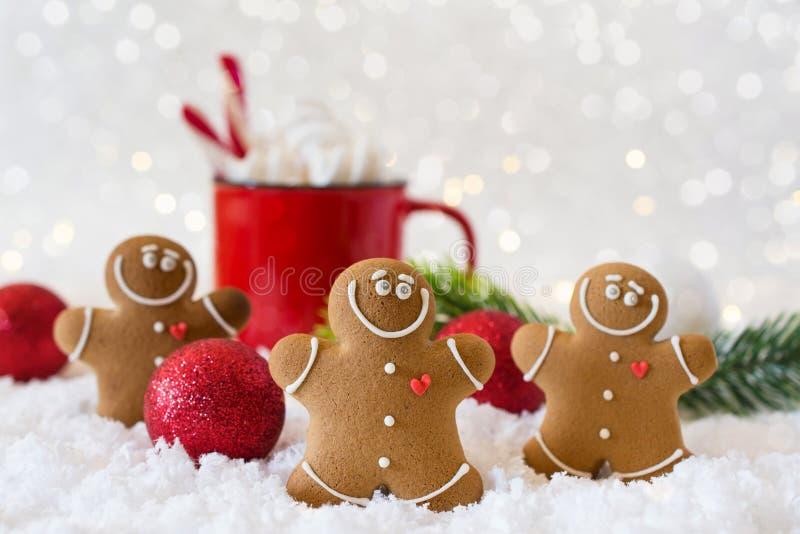 Heißes Getränk des Winters, Kakao mit Eibischen und Lebkuchenmannplätzchen, würziger festlicher Hintergrund der heißen Schokolade stockbild