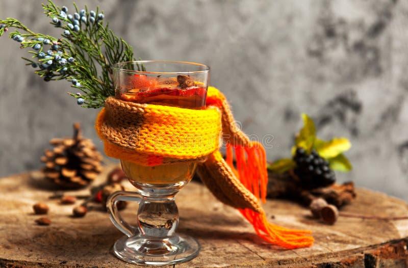 Heißes Getränk mit Honig und Gewürzen auf hölzernem Hintergrundkonzept der Saisonpostkarte stockbilder