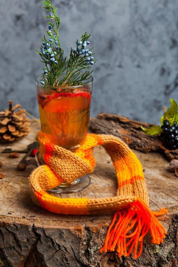 Heißes Getränk mit Honig und Gewürzen auf hölzernem Hintergrundkonzept der Saisonpostkarte stockbild