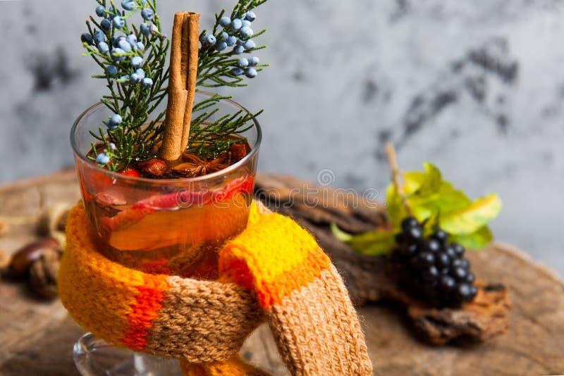 Heißes Getränk mit Honig und Gewürzen auf hölzernem Hintergrundkonzept der Saisonpostkarte lizenzfreies stockbild