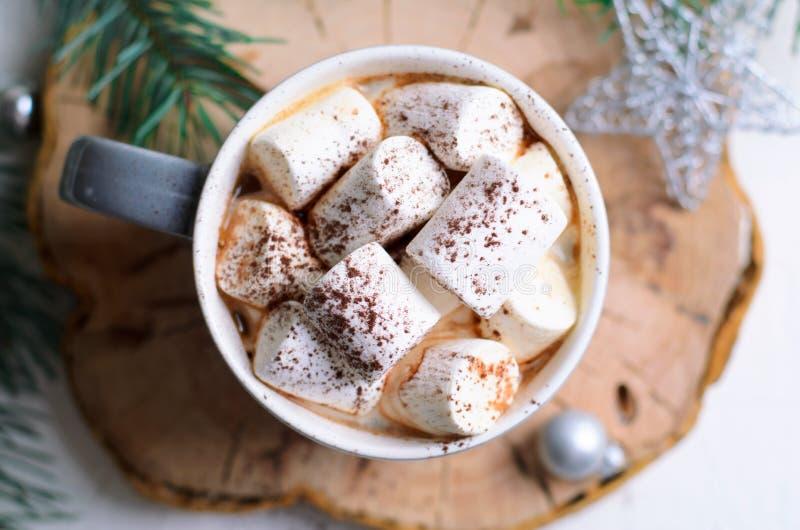Heißes Kakao-Getränk mit Eibisch in einem Becher auf Weihnachtshintergrund, Winter-Schokolade oder Kaffee-Getränk stockfotografie