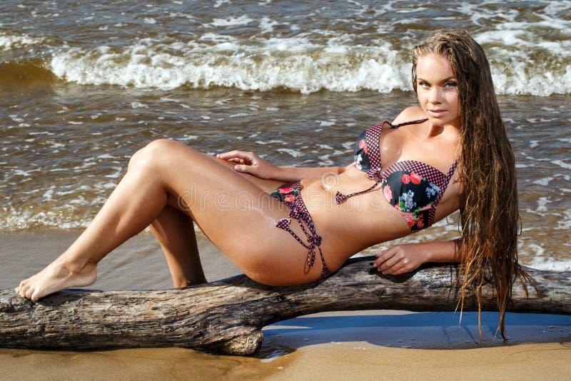 Heißes Mädchen auf dem Strand lizenzfreies stockfoto