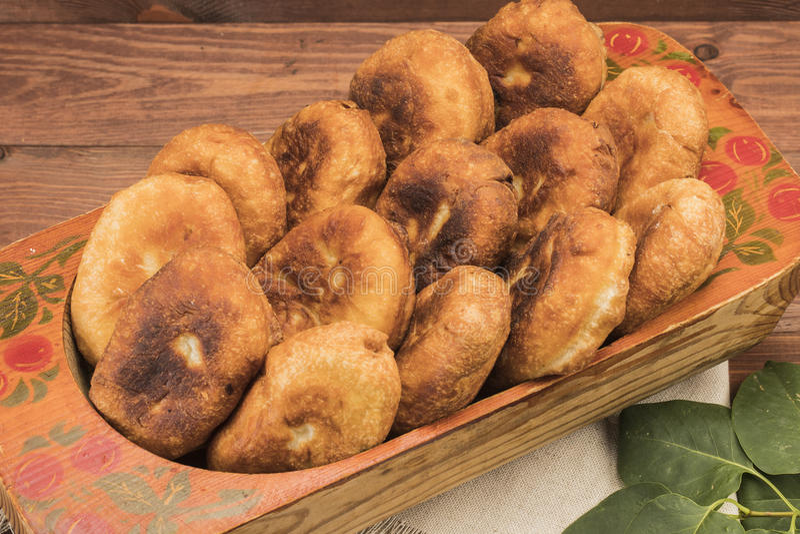 Heißes Pastetchen auf einer Tabelle mit Tomatensaft stockfoto