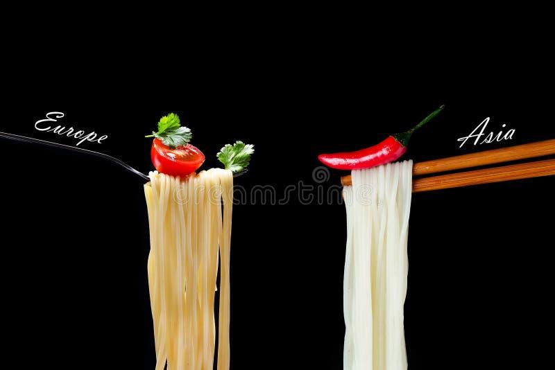 Heißes spagetti auf der Gabel mit Tomate und Petersilie und asiatisches noodl stockbilder