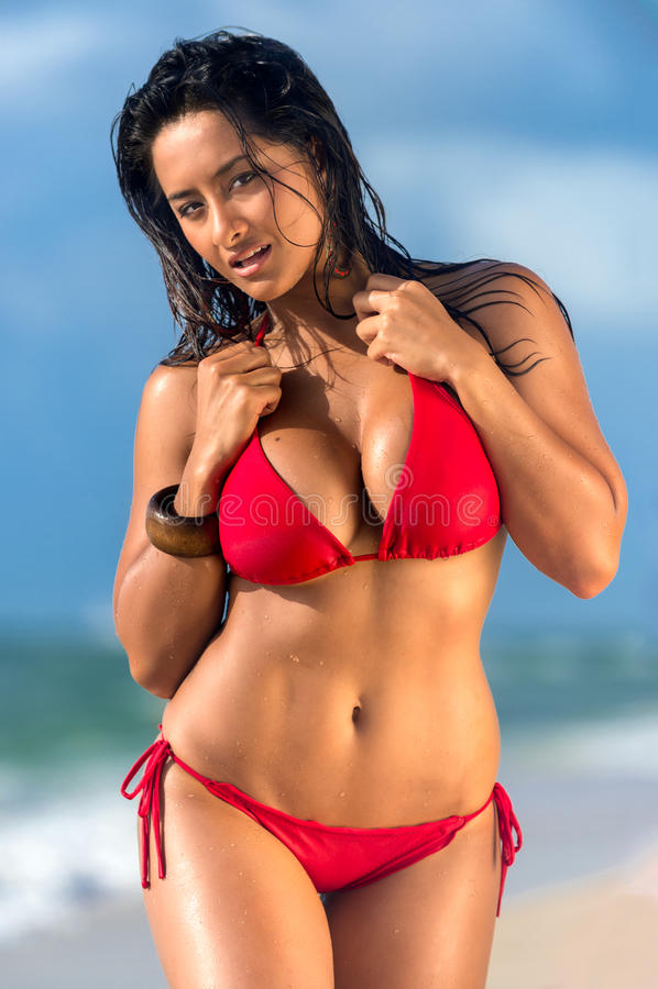 Heißes weibliches Gehen in den Strand stockbilder