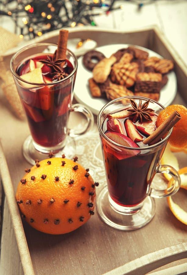 Heißes Weingetränk in den hohen Gläsern mit Weihnachtszeitdekoration stockfotos