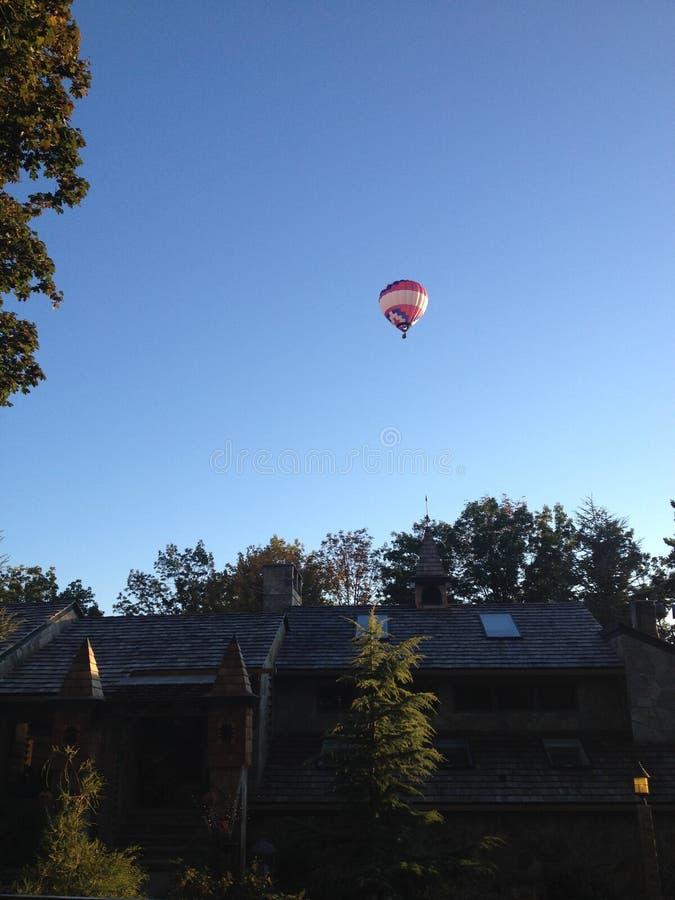 Heißluft-Ballon über dem Schloss lizenzfreie stockfotos