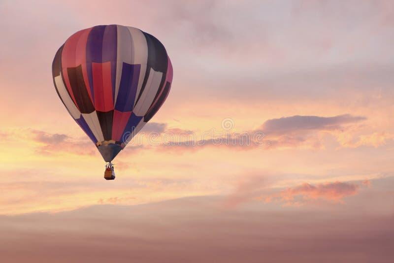 Heißluft-Ballon im bunten rosafarbenen Sonnenaufgang-Himmel lizenzfreies stockfoto