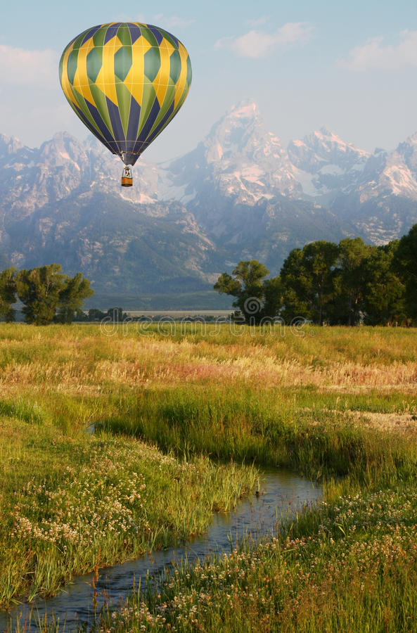 Heißluft-Ballon nahe den Bergen lizenzfreies stockfoto