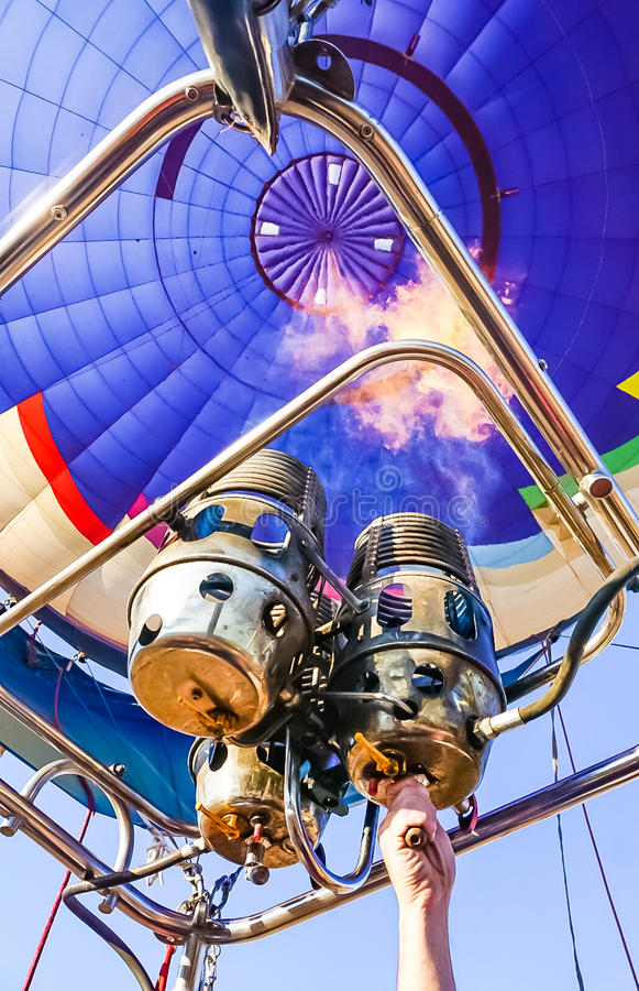 Heißluft-Ballon und Brenner, die oben erhitzen stockfotos