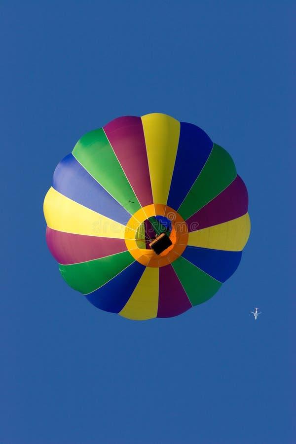 Heißluft-Ballon und Strahlen-Verkehrsflugzeug lizenzfreie stockfotografie