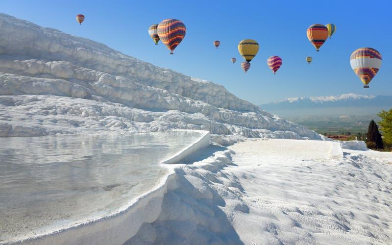 Heißluft Ballons, die über weißes Pamukkale, die Türkei fliegen lizenzfreies stockfoto