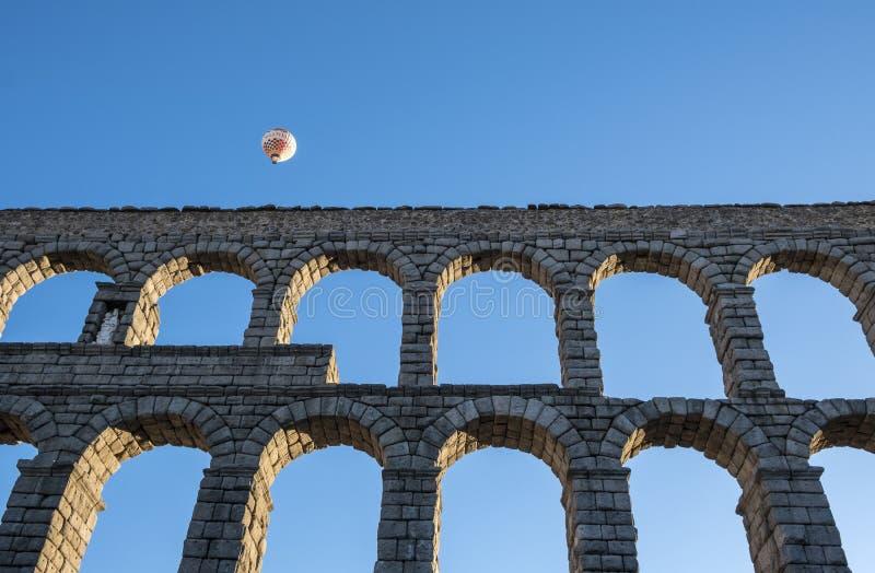 Heißluft, die in Segovia Spanien nahe dem Roman Aqueduct #1 im Ballon aufsteigt stockfotos