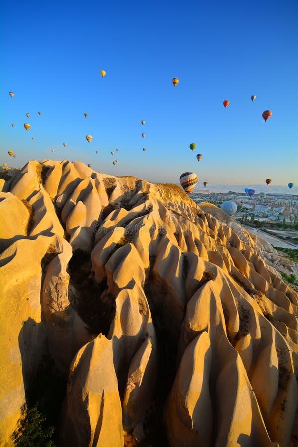 Heißluft-im Ballon aufsteigende Landschaft in Goreme Cappadocia die Türkei Asien, Mittlerer Osten, Truthahn, das Türkische, cappa lizenzfreie stockfotos