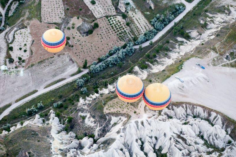 Heißluft steigt über Berglandschaft in Cappadocia, Nationalpark Goreme, die Türkei im Ballon auf stockfotos