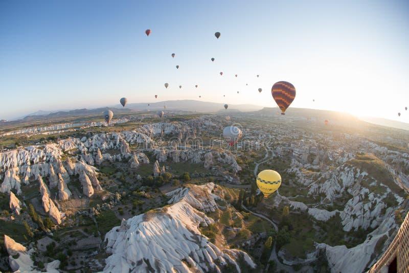Heißluft steigt über Berglandschaft in Cappadocia, Nationalpark Goreme, die Türkei im Ballon auf stockbilder