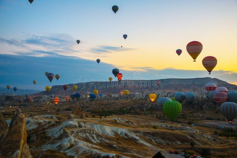 Heißluft steigt über Berglandschaft in Cappadocia, Nationalpark Goreme, die Türkei im Ballon auf stockfotografie