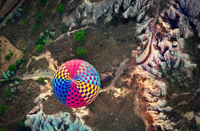 Heißluft steigt über Berglandschaft in Cappadocia, Nationalpark Goreme, die Türkei im Ballon auf lizenzfreie stockbilder