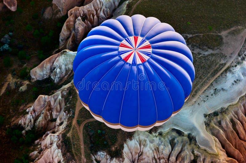 Heißluft steigt über Berglandschaft in Cappadocia, Nationalpark Goreme, die Türkei im Ballon auf stockbild