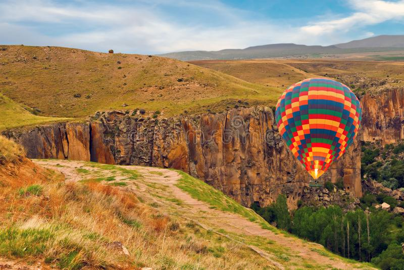 Heißluft steigt Landungsberg das Ihlara-Tal in Cappadoci im Ballon auf stockfotografie