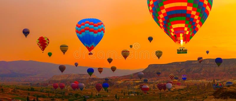 Heißluft steigt Sonnenaufganglandung in einem Berg im Ballon auf lizenzfreies stockfoto