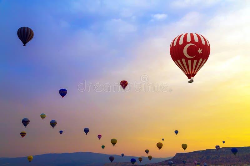 Heißluft steigt Sonnenuntergang Cappadocia im Ballon auf stockbild
