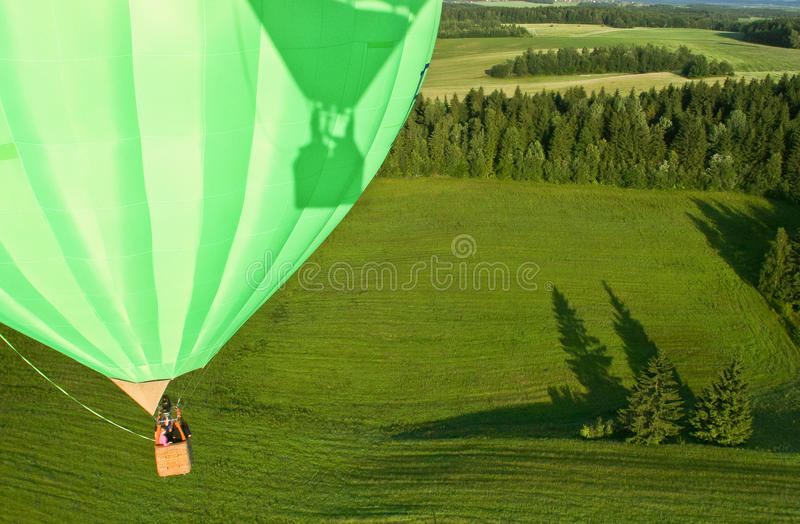 Heißluftballon über dem Feld mit blauem Himmel, Abschluss oben stockbild