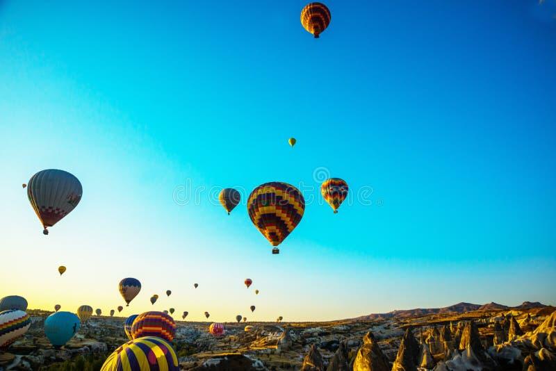 Heißluftballon über dem Feld mit blauem Himmel Goreme, Cappadocia, die Türkei lizenzfreie stockfotografie