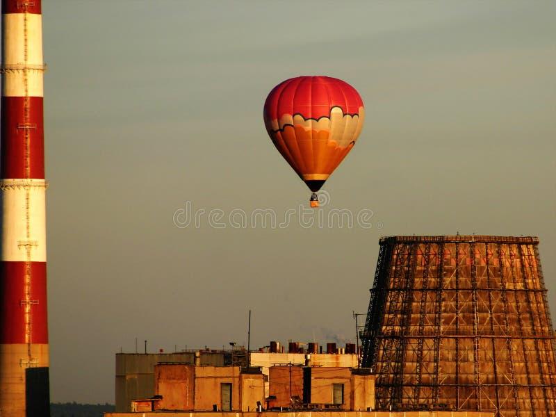 Heißluftballon über der Fabrik stockbild