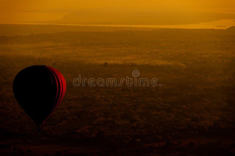 Heißluftballon über Ebene von Bagan am Morgen, Myanmar stockbild