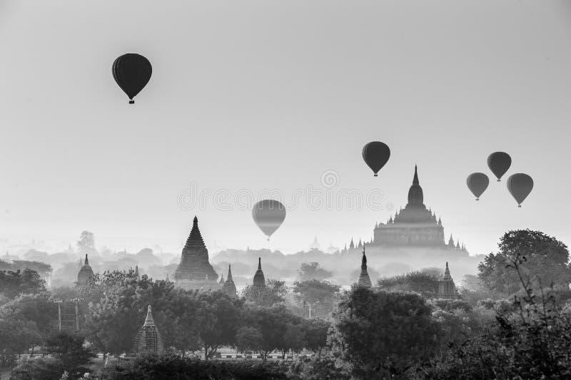Heißluftballon über Ebene von Bagan am nebelhaften Morgen, Mandalay, Myanmar stockfotografie
