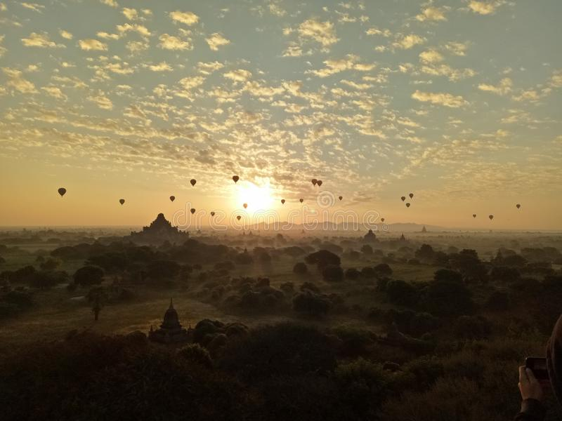 Heißluftballon über Ebene von Bagan am nebelhaften Morgen, Myanmar stockfotos
