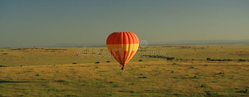 Heißluftballon über Masai Mara lizenzfreie stockfotos