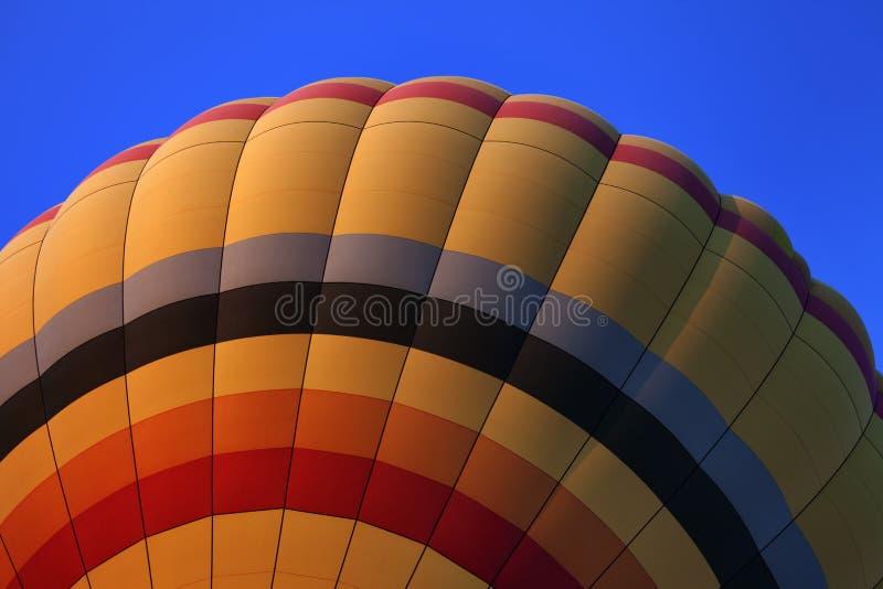 Heißluftballon auf blauem Himmel lizenzfreies stockbild