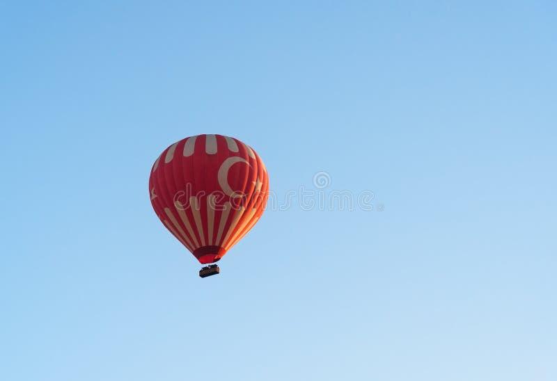 Heißluftballon, der über Tal fliegt Cappadocia Die Türkei lizenzfreie stockfotos