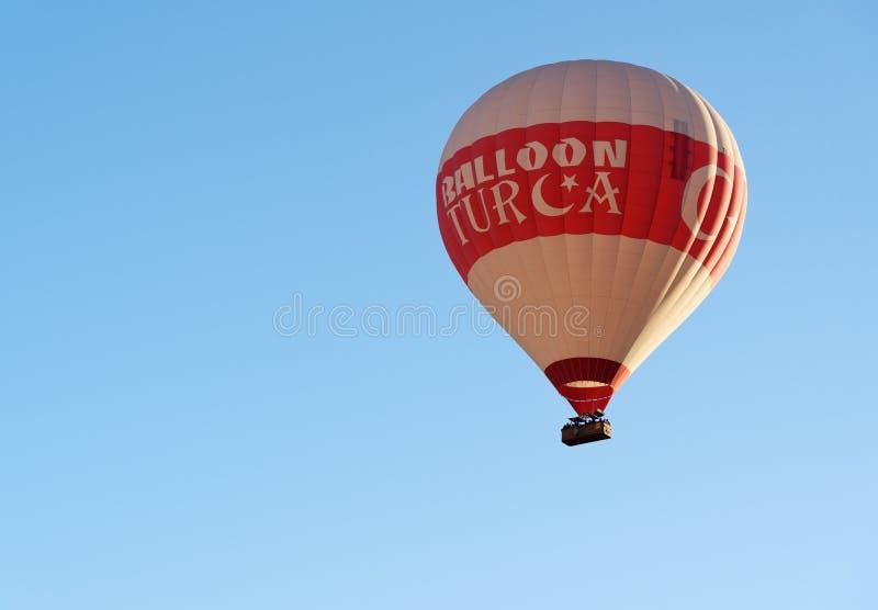 Heißluftballon, der über Tal fliegt Cappadocia Die Türkei stockfotografie
