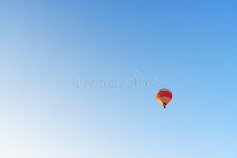 Heißluftballon, der über Tal fliegt Cappadocia Die Türkei lizenzfreie stockfotografie