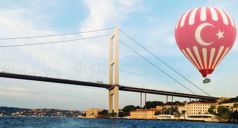 Heißluftballon, der Bosphorus-Brücke Istanbul die Türkei fliegt lizenzfreie stockfotografie