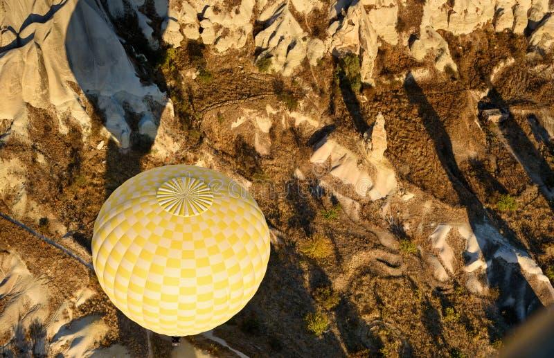 Heißluftballon, der morgens über Tal fliegt Cappadocia Die Türkei lizenzfreie stockfotos