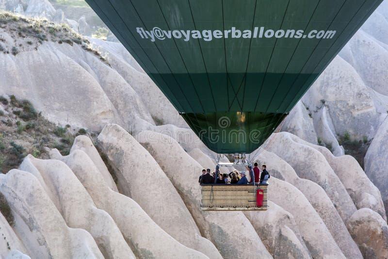 Heißluftballon nahe Goreme in der Cappadocia-Region von der Türkei lizenzfreie stockfotos