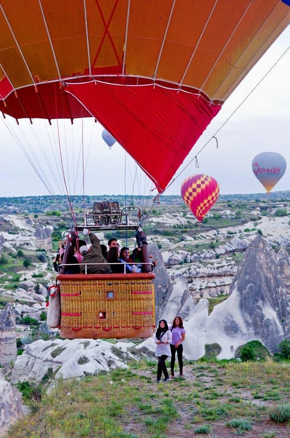 Heißluftballone über Berglandschaft in Cappadocia stockfoto