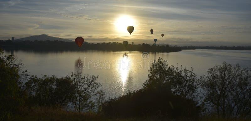Heißluftballone, die in die Luft über See Burley Griffin fliegen stockbilder