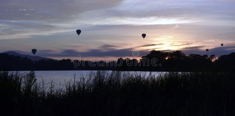 Heißluftballone, die in die Luft über See Burley Griffin fliegen stockfotos