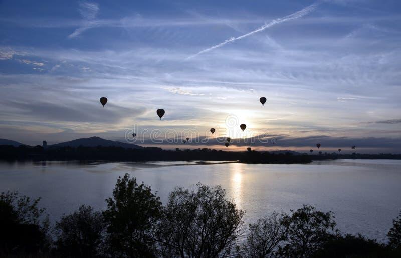 Heißluftballone, die in die Luft über See Burley Griffin fliegen stockbild